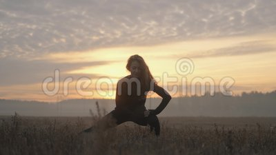Polmone d'urto Una ragazza che fa esercizi di abbigliamento sportivo all'aperto nella foresta di conifere 'Healthy lifestyle spor stock footage