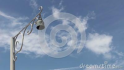 Polonais de cloche sur le ciel bleu banque de vidéos
