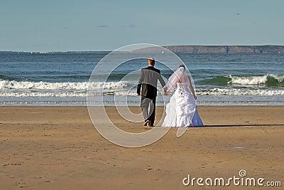 Poślubiająca plażowa para