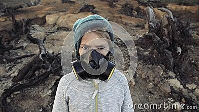 Poluição ambiental, desastre, conceito da guerra nuclear Criança na máscara protetora