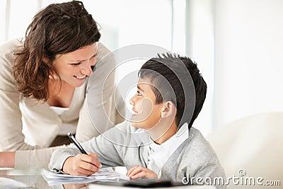 Pomaga jej syna robić pracie domowej w średnim wieku dama