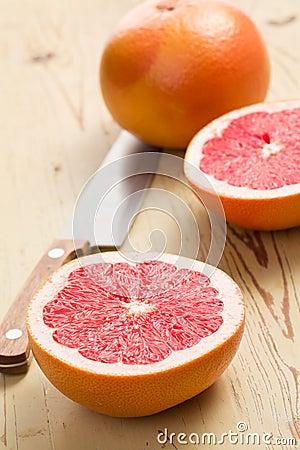 Pomelo rojo rebanado