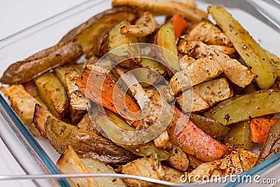 pommes de terre et carottes cuites au four par four photos libres de droits image 37744438. Black Bedroom Furniture Sets. Home Design Ideas