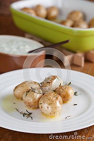 Pommes de terre rôties de bébé avec le thym