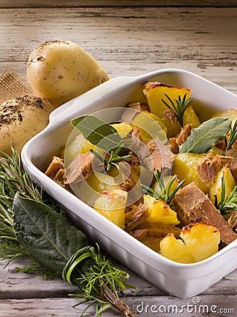 Pommes de terre rôties avec le thon