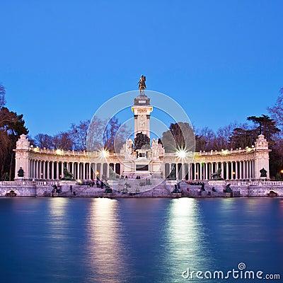 Pomnik w Retiro miasta parku, Madryt