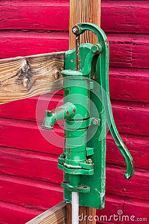 pompe manuelle verte de puits images stock image 29508274. Black Bedroom Furniture Sets. Home Design Ideas