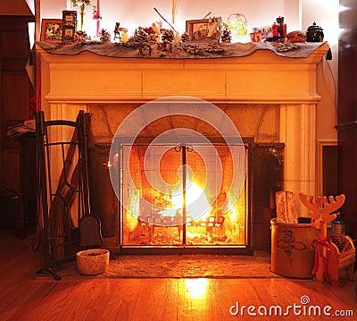 Płonącego kominka żywy izbowy drewno