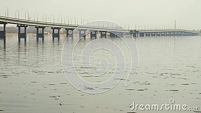Pont en route entre les villes de Saratov et Engels Un paysage de rivière Ressort Chassoir de glace sur la rivière La Russie, Sar clips vidéos
