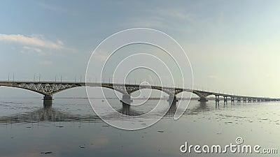 Pont en route entre les villes de Saratov et Engels Un paysage de rivière Ressort Chassoir de glace sur la rivière La Russie, Sar banque de vidéos