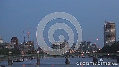 Pont la Tamise de Westminster et bâtiments modernes pendant la nuit dans la ville de Londres clips vidéos
