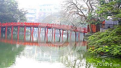 Pont rouge dans le lac Hoan Kiem, ha de NOI, Vietnam clips vidéos