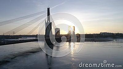 A ponte épico disparou com tráfego e por do sol atrás das construções 4K 50FPS vídeos de arquivo