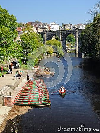 Ponte & barcos no rio Nidd, Knaresborough, Reino Unido Imagem de Stock Editorial