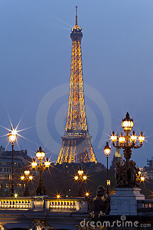 Ponte da torre Eiffel e do Alexander III. Paris. Imagem Editorial