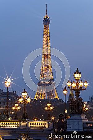 Ponte da torre Eiffel e do Alexander III. Paris. Imagem Editorial