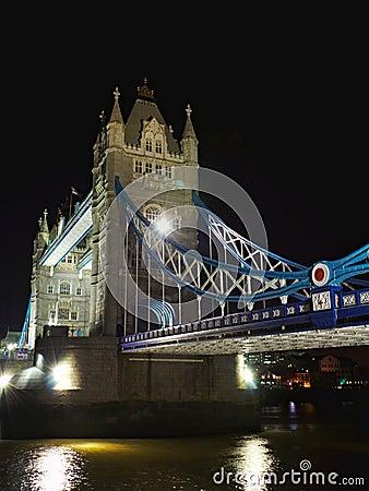 Ponte da torre na noite: de lado perspectiva, Londres