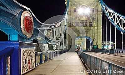 Ponte da torre na noite: perspectiva larga, Londres