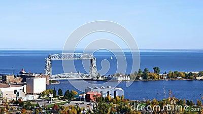 Ponte de elevador de Duluth e o Lago Superior aéreos em uma tarde clara vídeos de arquivo