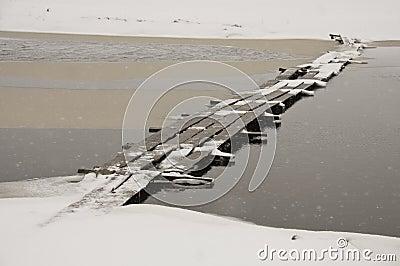 Ponte de madeira na neve