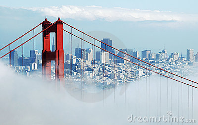 Ponte de porta dourada & San Francisco sob a névoa