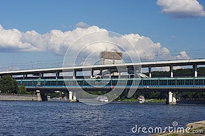 Ponte do metro e academia de ciências