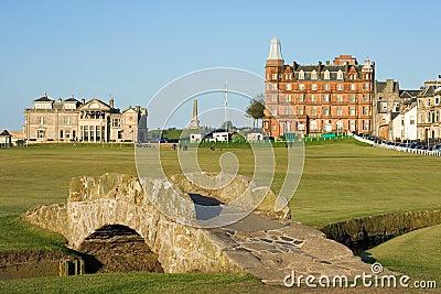 A ponte famosa de Swilcan no curso velho do St Andrews