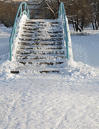 Ponte sobre a lagoa no inverno