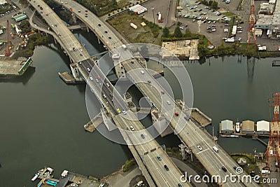 Ponte sobre a via navegável pequena