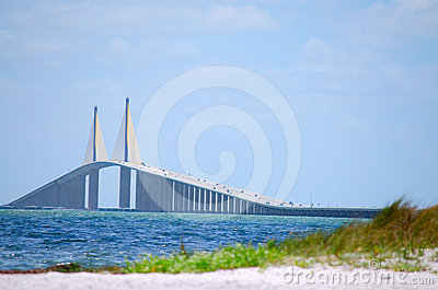 Ponte Tampa Bay de Skyway da luz do sol