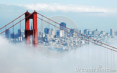 Ponticello di cancello dorato & San Francisco sotto nebbia