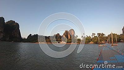 Pontoon pier op zonsopgang, niemand op het strand, vroeg in de ochtend stock video