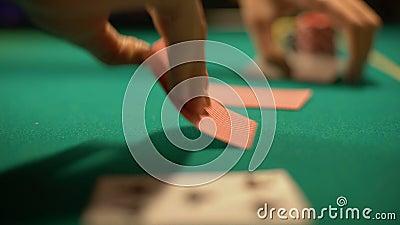 Pookspeler die weddenschap, casinocroupier het openen kaarten, het winnen combinatie maken stock videobeelden