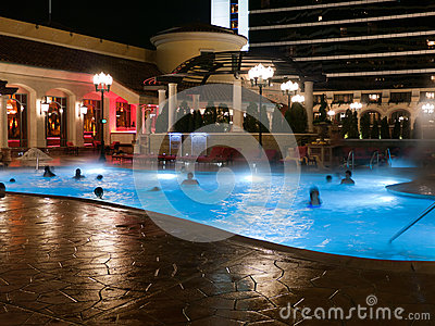 Pool nachts am Hotelgebäude