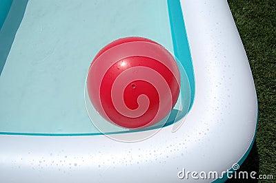 Pool und rote große Kugel