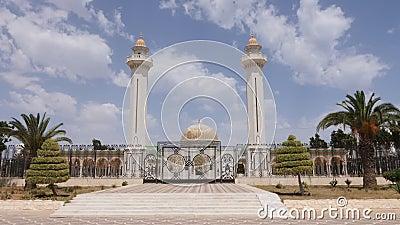Poort bij ingang aan mausoleum Habib Bourguiba met gouden koepel in Monastir-stad Dolly in openlucht schot stock video