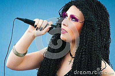 Pop star che canta la canzone