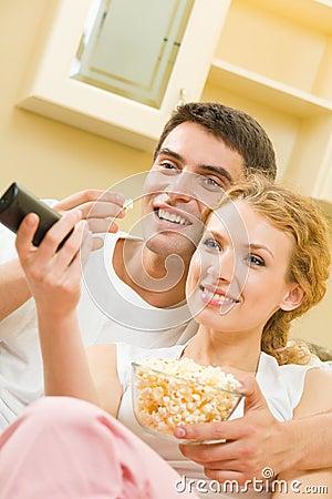 Popcorn ζευγών προσοχή TV