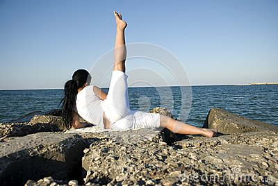 Popiera kobieta robi sportowi przy morzem