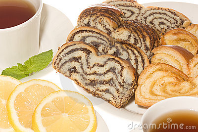 Poppy amd lemon cake with tea