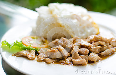 Popular Thai  food, (kaTeam  Pic Thai ).
