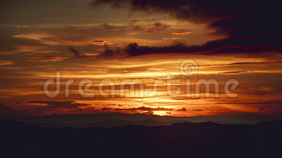 Por do sol bonito Cloudscape do lapso de tempo sobre a montanha video estoque