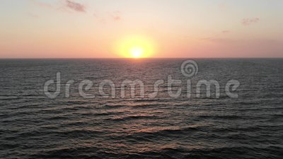 Por do sol bonito na praia, cores de surpresa, um raio de luz Vista aérea Seacape Mar Mediterr?neo chipre cidade vídeos de arquivo
