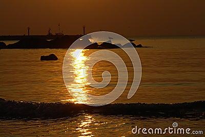 Por do sol e silhuetas do oceano
