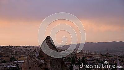 Por do sol em Cappadocia com seu terreno rochoso vídeos de arquivo