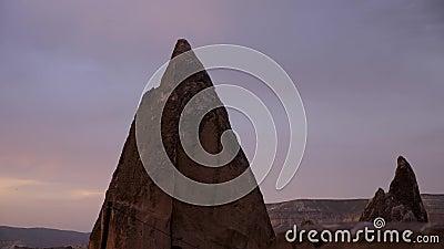 Por do sol em Cappadocia com seu terreno rochoso filme