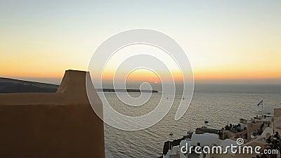 Por do sol fantástico visto da cidade de Fira na ilha de Santorini, férias românticas video estoque