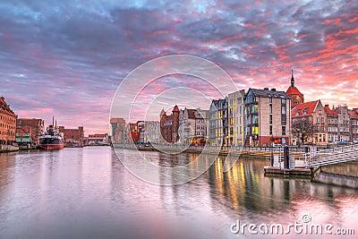 Por do sol na cidade velha de Gdansk no rio de Motlawa