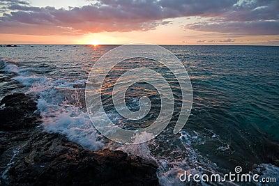 Por do sol no console grande de Havaí