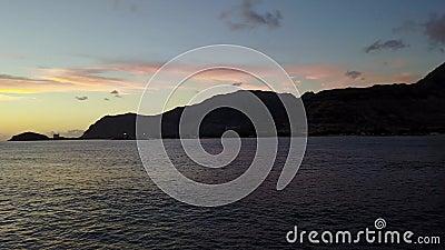 Por do sol do oceano da baía de Pokai na ilha de Oahu no zangão de Havaí filme